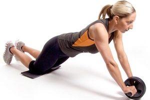 Упражнение с роликом с колен