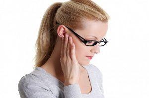 Почему болит под ухом?