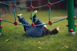 Что делать если ребенок упал на спину