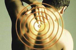 Болит позвоночник посередине спины: почему возникает боль при надавливании? Лечение патологии